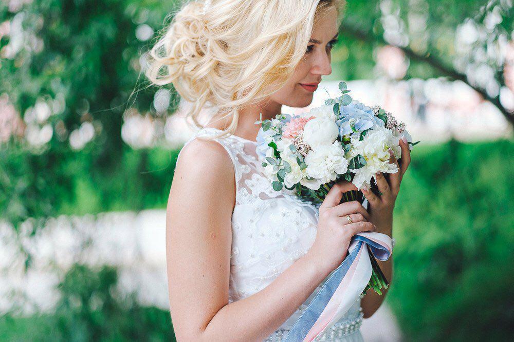 нежный букет невесты из пионов